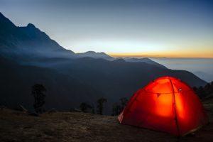 灯りがついているテント