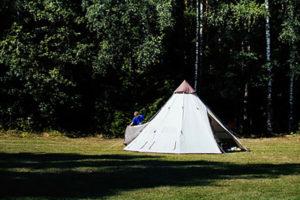 芝生の上のテント