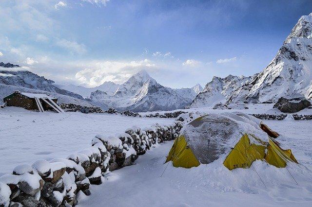 雪に埋もれるテント