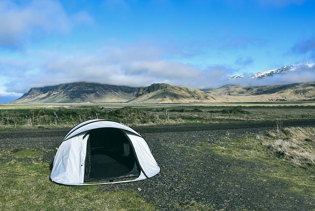 草原の中設営されたテント