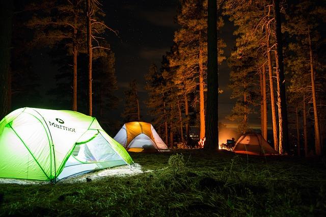 夜間のテント