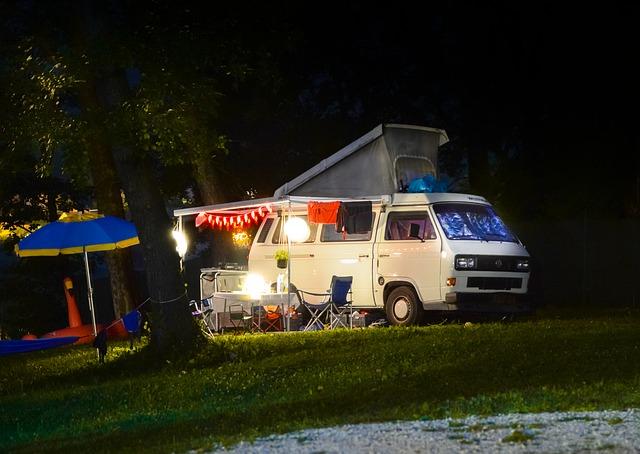 キャンピングカーと夜のキャンプ風景