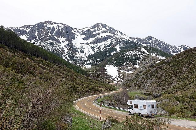 山の中の道を走る車