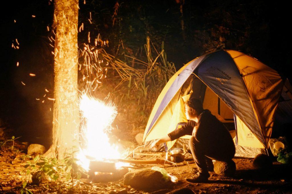 テントとキャンプファイヤー