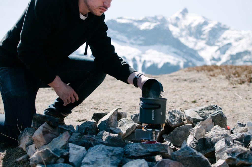 キャンプ料理してる男性