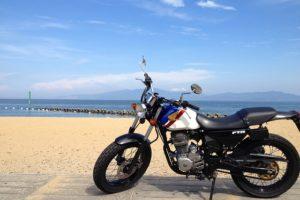 海辺に停まるバイク