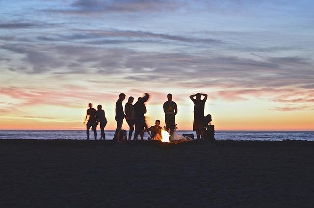 焚き火を囲む人たち