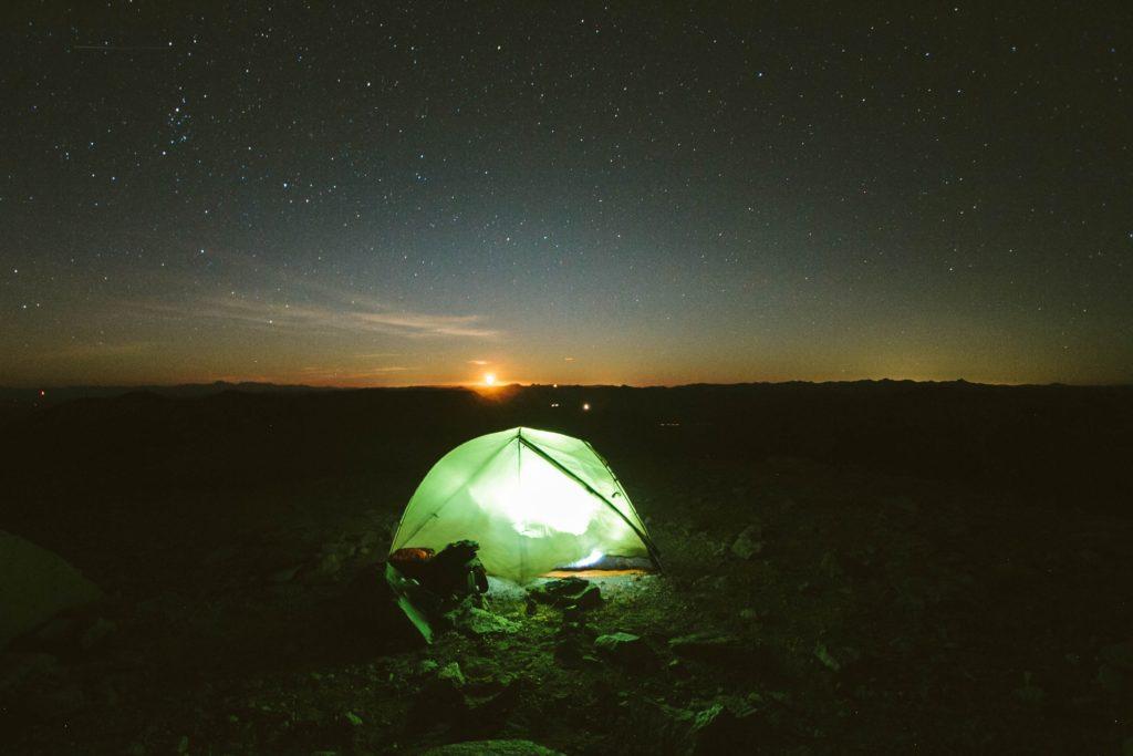 照明が灯るテント