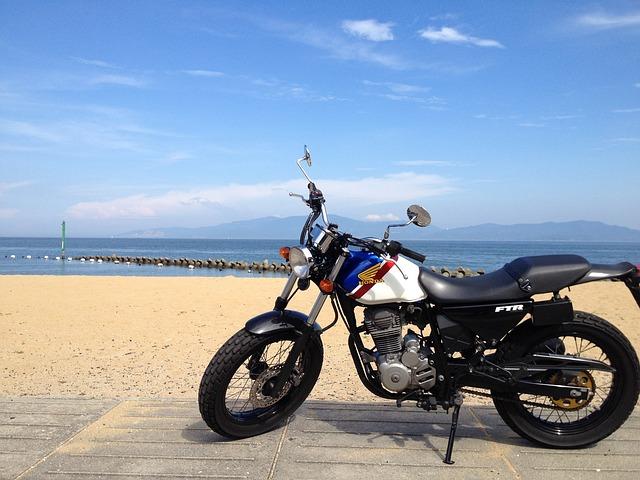 海辺に停められたバイク