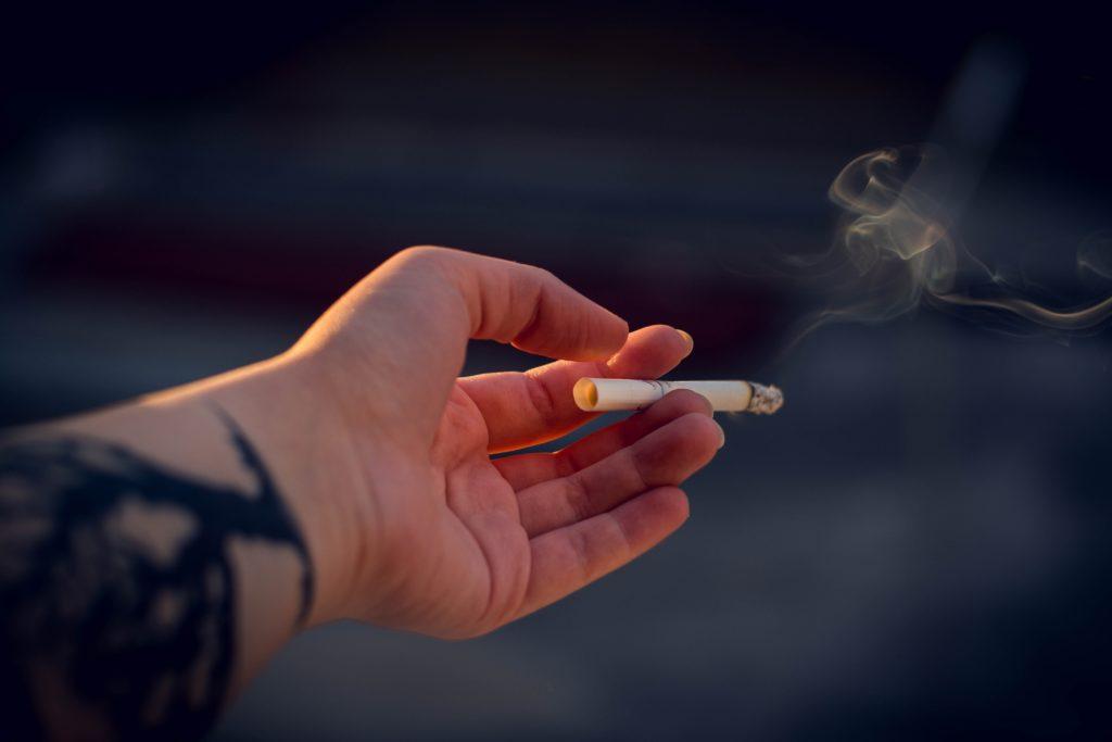 火をつけたタバコ