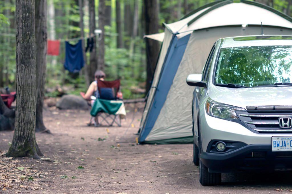 森の中でキャンプする様子