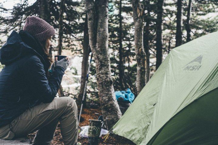 テントと女性