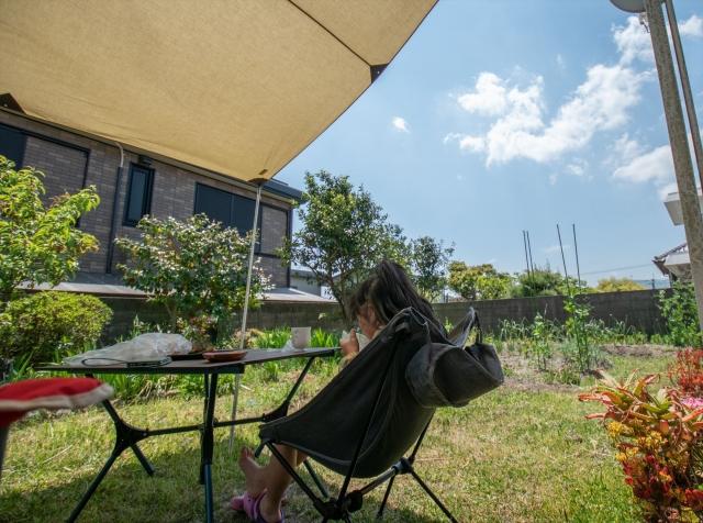 庭キャンプをする様子