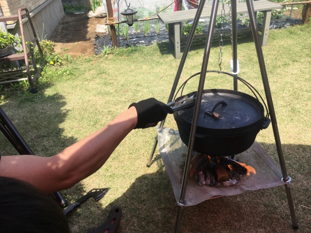 庭でキャンプ料理