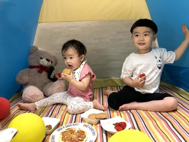 部屋の中でキャンプを楽しむ子ども