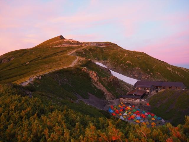 朝焼けの山