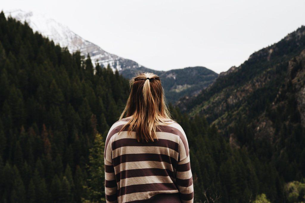 山と女性の後ろ姿