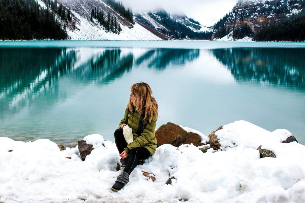 雪の中で座る女性