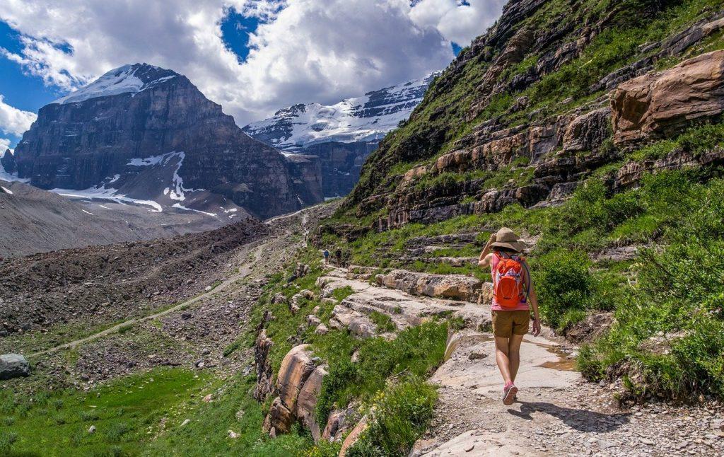 山道を歩く女性