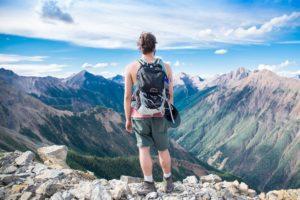 雄大な自然を眺める男性