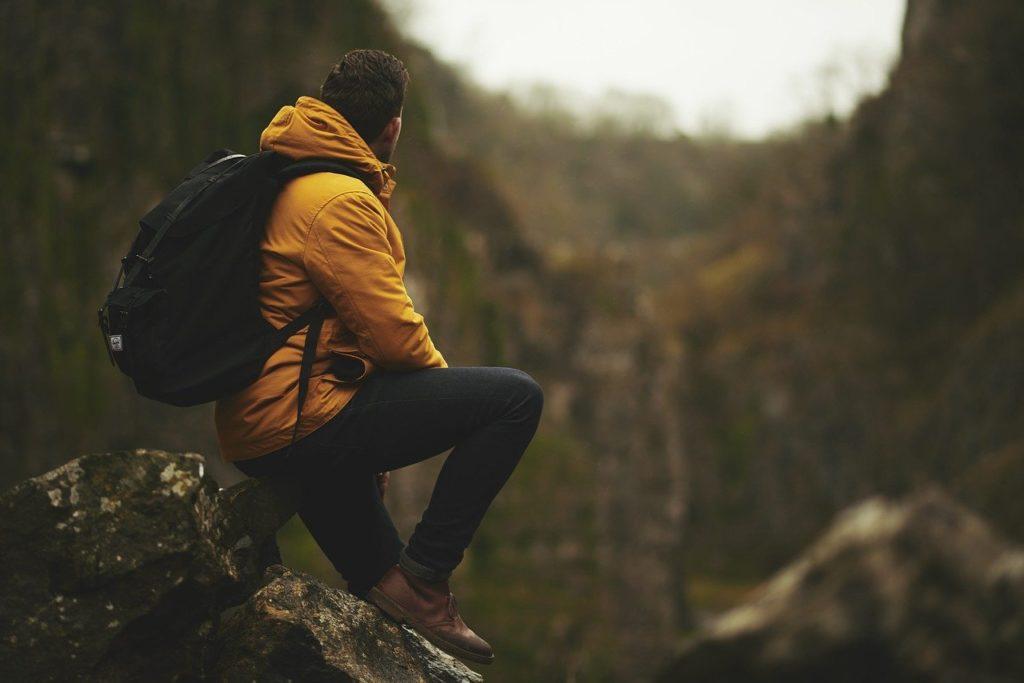 岩場に腰掛ける男性