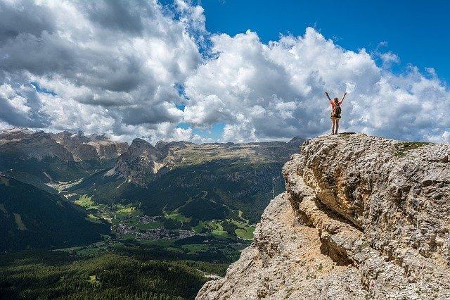 崖の上で景色を眺める女性
