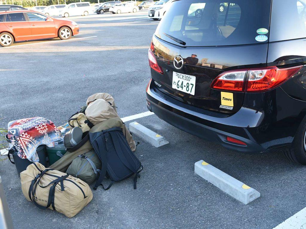 大量の荷物と車