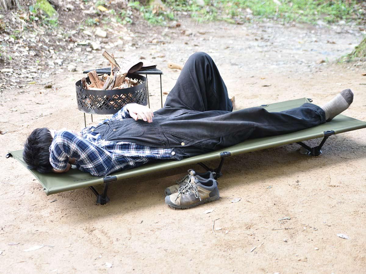 WAQのコットで寝ている男性
