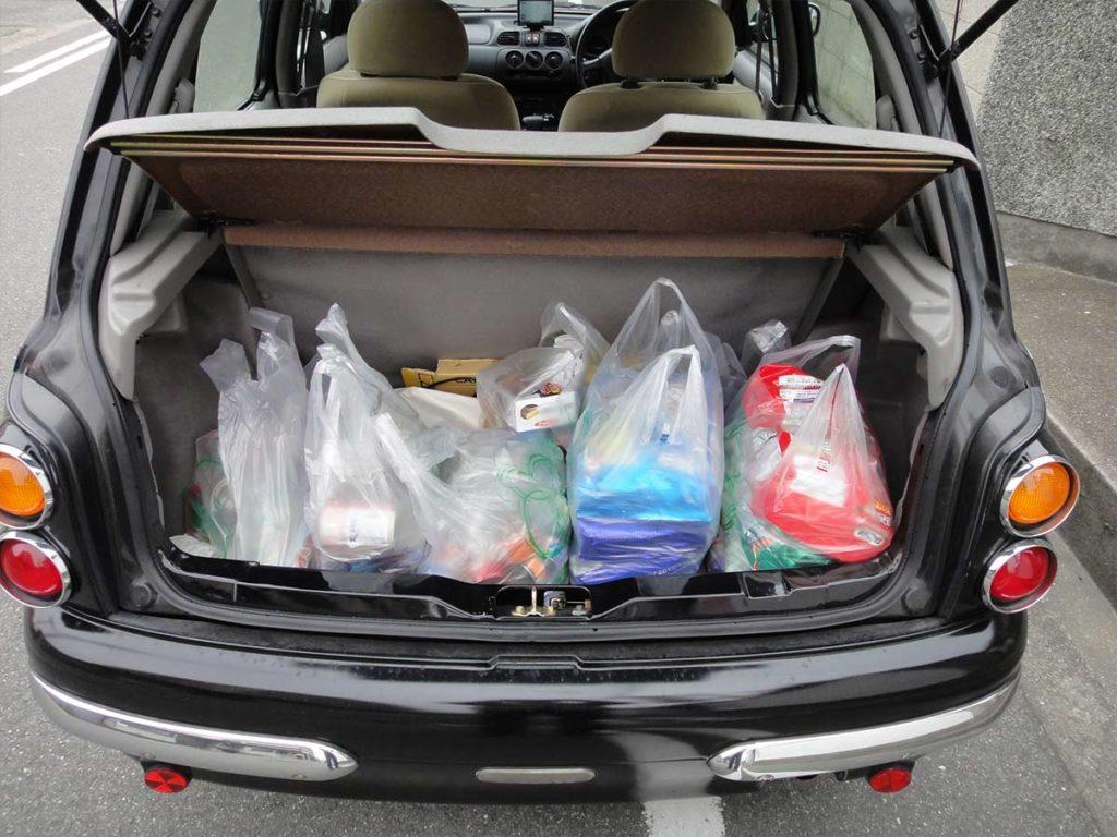 たくさん荷物を積んだ車内