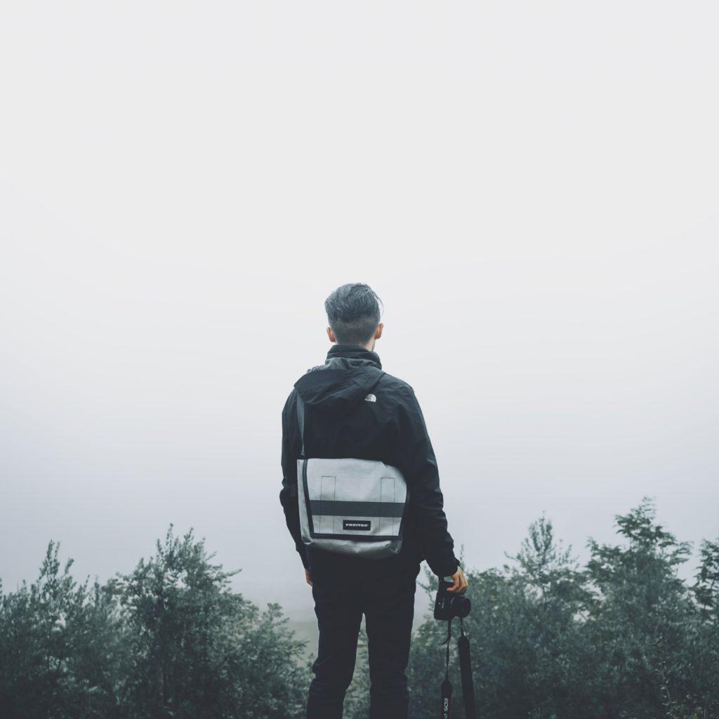 山の中にいる男性