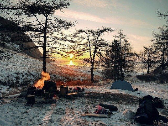 夕暮れ迫る冬のキャンプ風景